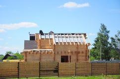 Dakwerkbouw Roofercontructor die het dak van asfaltdakspanen installeren bij het waterdicht maken van membraan royalty-vrije stock afbeeldingen