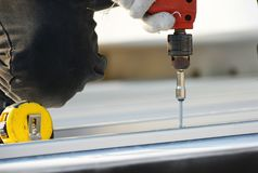 Dakwerktechnicus met schroevedraaier Stock Foto