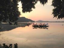 Dal湖和Shikara与反射 免版税库存照片