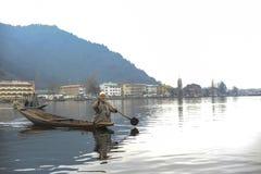 Dal湖在wiinter期间的克什米尔印度美丽的景色的当地人  免版税库存照片