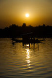 Dal湖小船日落中心垂直斯利那加 免版税库存图片