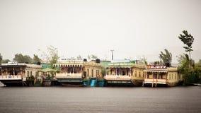 Dal湖查谟克什米尔,印度2018年5月- Dal湖叫旅游业娱乐中心的斯利那加的珠宝 这是沼泽地漂浮 免版税库存图片