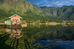Dal湖的木房子在斯利那加,印度 免版税库存照片