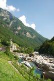 Dal av bergfloden i de schweiziska fjällängarna Royaltyfria Bilder