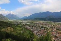 Dal av den Tagliamento floden och staden av Tolmezzo i Ital Royaltyfria Foton