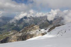 Dal av Engelberg med Brunni och glaciär av monteringen Titlis, Schweiz Royaltyfri Fotografi