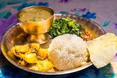 Dal Bhat, traditionelle Nepalimahlzeitservierplatte mit Reis, Linsensuppe, Gemüse, papadum und Gewürzen Lizenzfreie Stockbilder