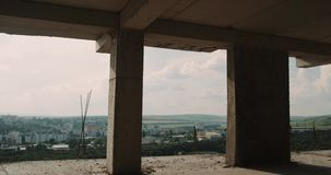 Dal cantiere, sul tetto di nuova vista della città della costruzione di appartamenti bella video d archivio