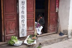 DAL, CHINY, 2011-09-13: Chińscy kobiety sprzedawania warzywa przy Fotografia Royalty Free