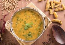 Dal-Curry auf hölzernem Hintergrund Lizenzfreie Stockfotos