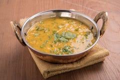 Dal-Curry auf hölzernem Hintergrund Stockfotos
