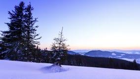Dal för höga berg som täckas av snö arkivfilmer