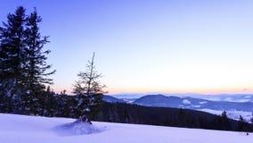 Dal för höga berg som täckas av snö stock video