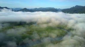 Dal för molnräkning med floden och bisarra kullar mot himmel lager videofilmer