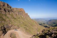 Dal för passerande för bergmedel brant arkivfoton