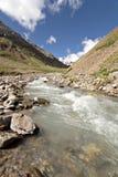 dal för ström för caucasus bergflod Arkivfoton