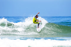DAL FIGUEIRAS - AUGUSTI 20: Yrkesmässig surfare som surfar en våg Royaltyfria Bilder