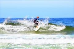 DAL FIGUEIRAS - AUGUSTI 20: Yrkesmässig surfare som surfar en vågnolla Royaltyfri Foto