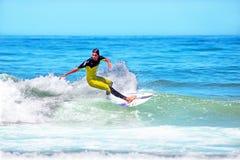 DAL FIGUEIRAS - AUGUSTI 20: Yrkesmässig surfare som surfar en vågnolla Royaltyfri Fotografi
