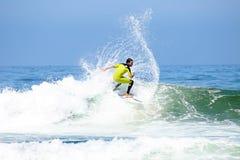 DAL FIGUEIRAS - AUGUSTI 20: Yrkesmässig surfare som surfar en våg Arkivbilder
