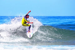 DAL FIGUEIRAS - 20 AUGUSTUS: Professionele surfer die een golf o surfen Royalty-vrije Stock Afbeeldingen