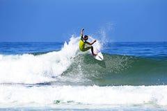 DAL FIGUEIRAS - 20 AUGUSTUS: Professionele surfer die een golf surfen Stock Fotografie