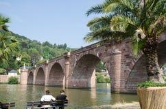 Dal fiume il Neckar nella città tedesca Heidelberg Immagini Stock