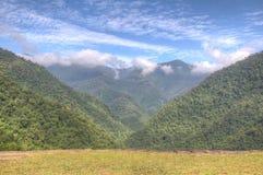 Dal i den Tayrona nationalparken som ses från Ciudad Perdida strömförsörjningste Royaltyfri Fotografi