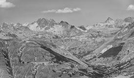 Dal i fjällängarna, Ecrins, Frankrike, BW Arkivbild