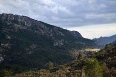 Dal i toppiga bergskedjan de Cazorla Arkivbilder