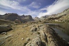 Dal i toppiga bergskedjan Nevada Mountains arkivbild