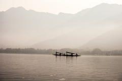 Dal Lake e montanhas em Kashmir imagens de stock