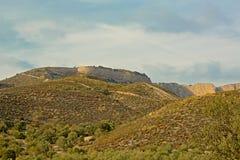 Dal med olivträd och höga flank över av Sierra Nevada berg royaltyfri foto