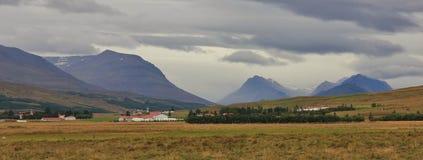 Dal nära Akureyri, Island lantlig liggande Molnig sommar da Arkivfoton