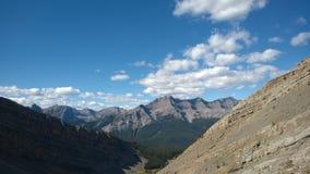 Dal nedanför kaskadamfiteaterbanff färger av hösten inom bergkaskadamfiteater Arkivfoton