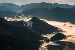 Dal som täckas i dimma Arkivbild