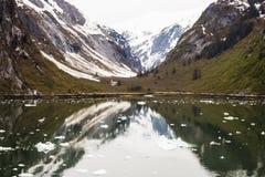 Dal till och med alaskabo berg utöver laken Arkivfoton
