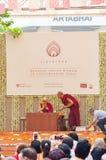 Dalai Lama, andlig ledare av buddisterna på etappen på en händelse arkivfoto