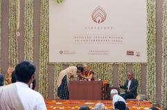 Dalai Lama bénit une femme à une conférence images stock