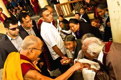 Dalai Lama dà le benedizioni ai tibetani anziani Fotografia Stock