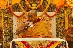 Dalai Lama dricker te på hans välsignelser Royaltyfri Fotografi