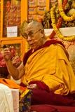Dalai Lama talar till hans anhängare, som han undervisar i Dharamsala, Indien, September 2014 Julian_Bound Royaltyfria Bilder