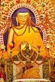 Dalai Lama undervisar under en utsmyckad Buddha i Dharamsala, Indien, September 2014 Julian_Bound Arkivfoton