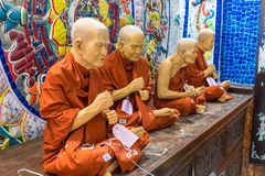 DALAT, ВЬЕТНАМ - 15-ОЕ АПРЕЛЯ 2019: Группа в составе статуя монахов в пагоде в Dalat Вьетнаме стоковые изображения