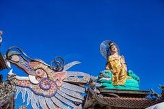 DALAT, ВЬЕТНАМ - 17-ое февраля 2017 Пагода Linh Phuoc буддийская известна для своего большого стоящего золотого Будды Стоковые Фото