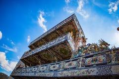 DALAT, ВЬЕТНАМ - 17-ое февраля 2017 Пагода Linh Phuoc буддийская известна для своего большого стоящего золотого Будды Стоковое Фото