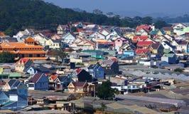 Dalat surburbs με τα ζωηρόχρωμα, σύγχρονα σπίτια Στοκ εικόνα με δικαίωμα ελεύθερης χρήσης
