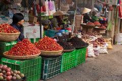 Dalat, uliczna stopa, lokalni owoc i warzywo wprowadzać na rynek w Vietnam Zdjęcie Royalty Free