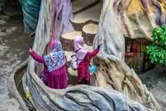DALAT, VIETNAM - 15 APRILE 2019: Le donne arabe prendono le immagini sulle scale in una bella costruzione nella casa stravagante  fotografia stock libera da diritti