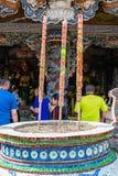 DALAT, VIETNAM - 15 AVRIL 2019 : Autel asiatique avec la bougie dans la vieille pagoda dans Dalat Vietnam photos libres de droits